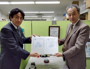 東京スクリーン株式会社 代表取締役社長 荻田 容宏様への認定証授与風景
